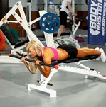 Упражнение Подъем штанги на бицепс лежа на наклонной скамье. Фитнес и Бодибилдинг